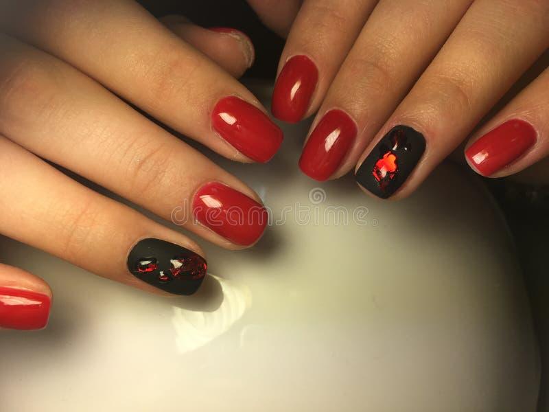 modnego czerwonego manicure'u elegancki czarny projekt zdjęcia stock