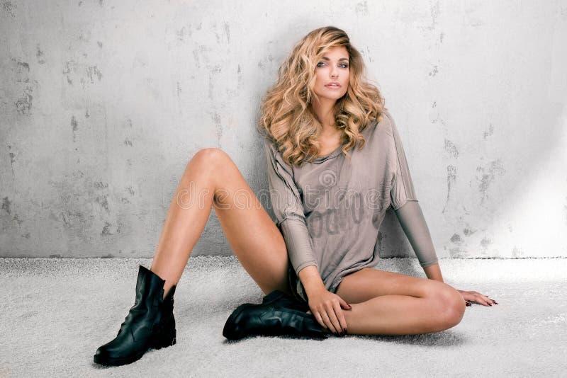 Modnej blondynki kobiety piękny pozować fotografia stock
