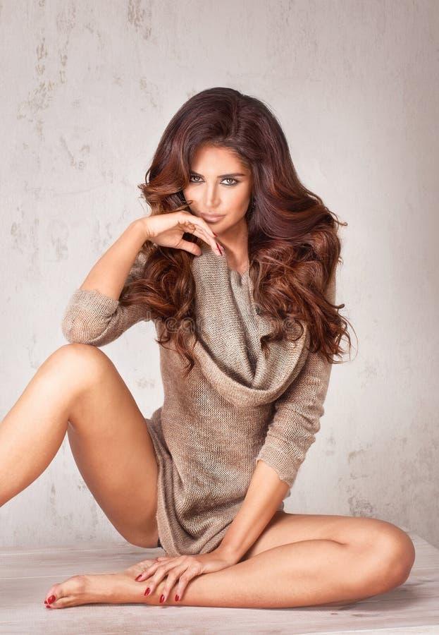 Modnej brunetki kobiety piękny pozować zdjęcie stock