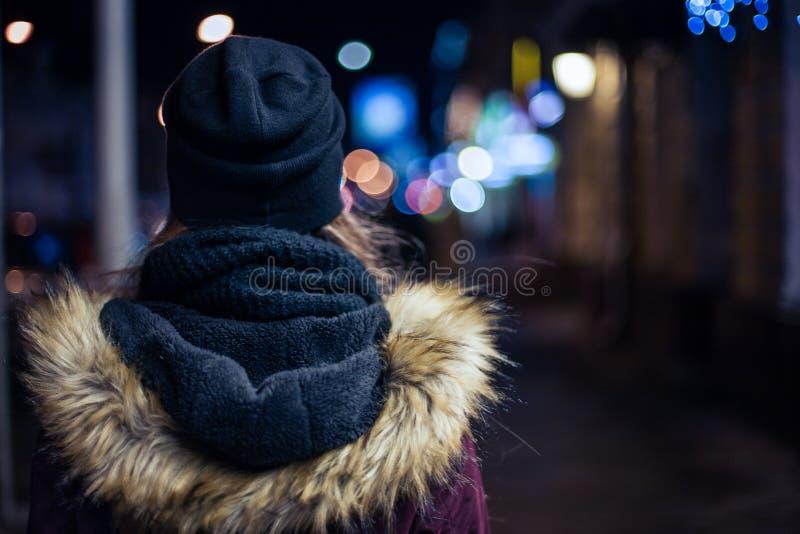 Modniś dziewczyny odprowadzenie na miasto ulicie przy nocą fotografia royalty free