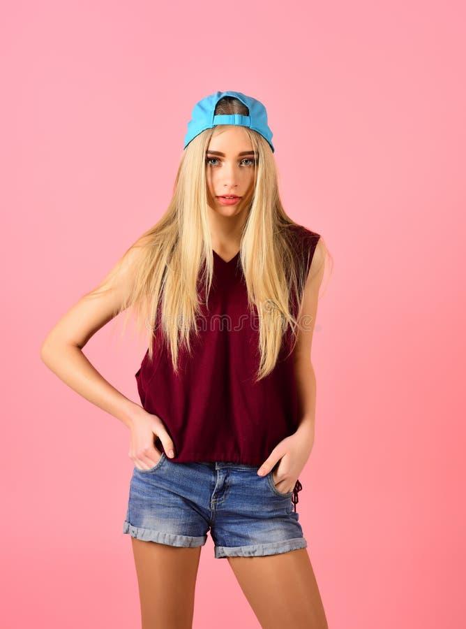 Modniś kobieta z mody makeup Hip hop dziewczyna z modnym włosy Piękna i mody spojrzenie moda model Kobieta zdjęcie stock