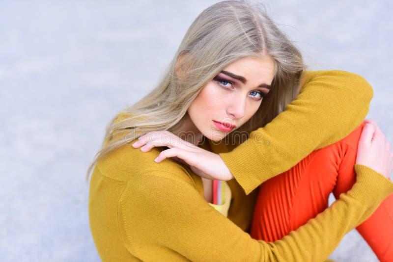 Modniś kobieta z mody makeup Piękna i mody spojrzenie moda model Ostry stylowy piękno Hip hop dziewczyna z zdjęcie stock
