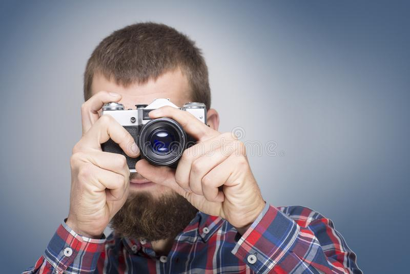Modniś mody fotografa mężczyzna trzyma retro kamerę zdjęcia royalty free