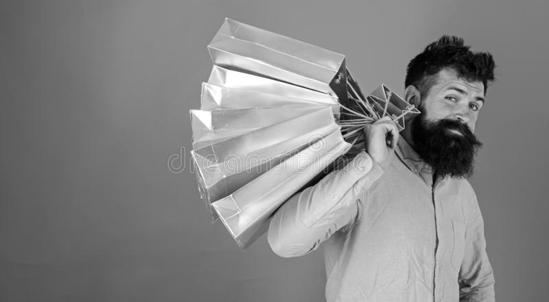 Modniś na chłodno twarzy jest robić zakupy uzależniam się lub shopaholic Faceta zakupy na sprzedaż sezonie z rabatami bagaże tła  obraz royalty free