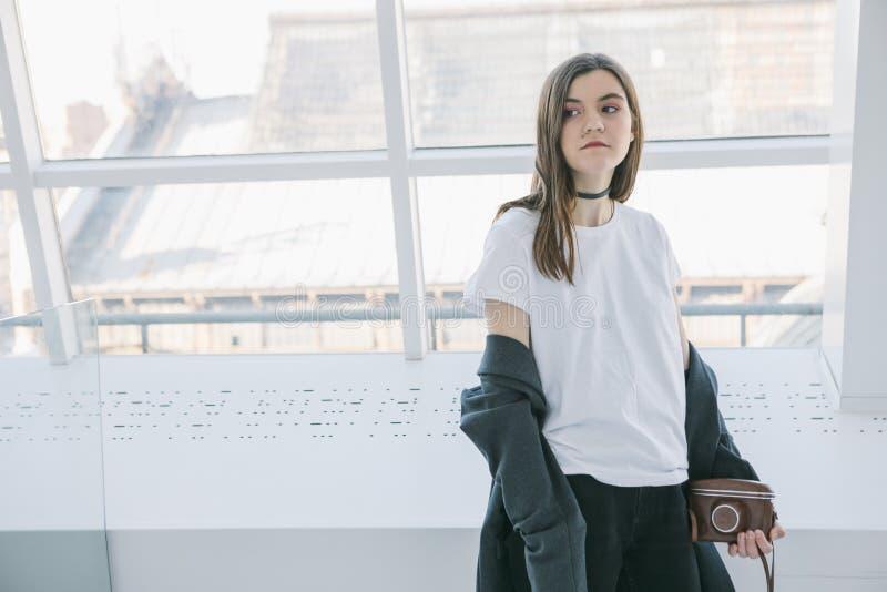 Modniś nastoletnia dziewczyna w białym koszulki światła wnętrzu Lifestile fotografia obrazy royalty free