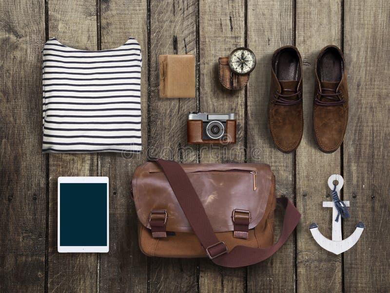 Modniś odzieżowy i akcesoria na drewnianym tle zdjęcie stock