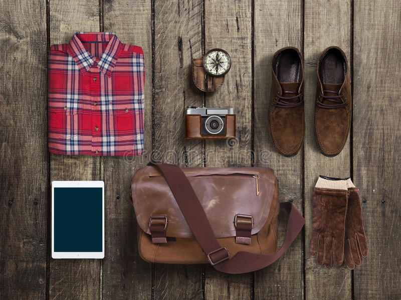 Modniś odzieżowy i akcesoria na drewnianym tle fotografia stock