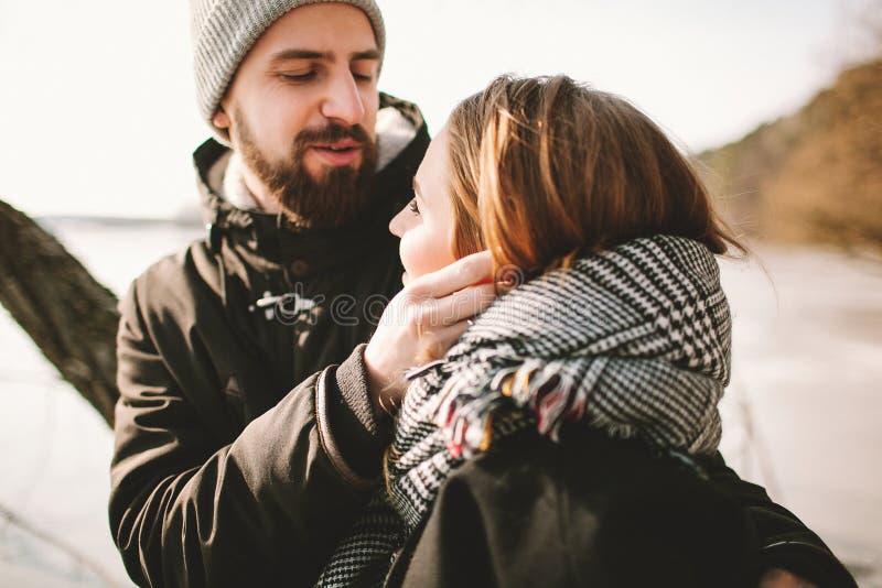 Modniś pary obsiadanie na drzewie nad zamarzniętym jeziorem zdjęcie stock