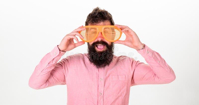 Modniś patrzeje gigantów pasiaści okulary przeciwsłoneczni Mężczyzna z brodą i wąsy na szczęśliwej twarzy jest ubranym śmiesznych fotografia royalty free