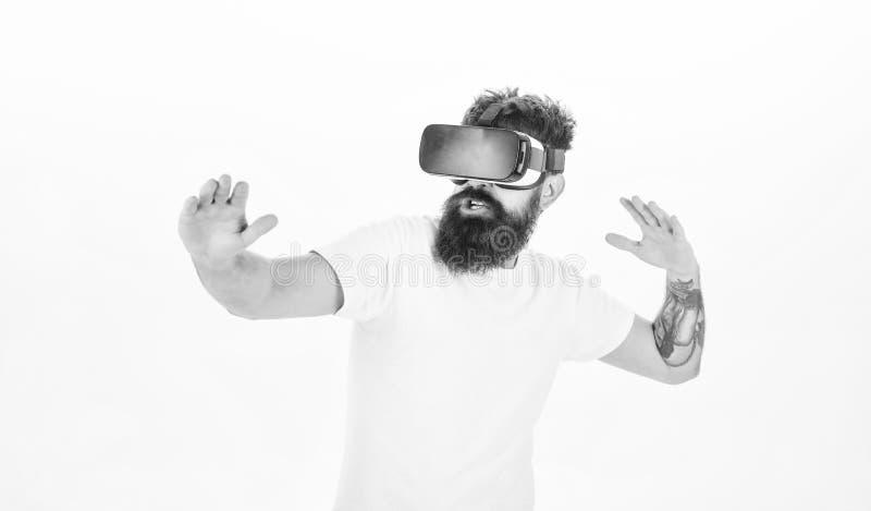 Modniś sztuki sporta wirtualna gra Mężczyzny gamer VR szkieł bielu brodaty tło Rzeczywistości wirtualnej gry pojęcie Cyber obrazy stock