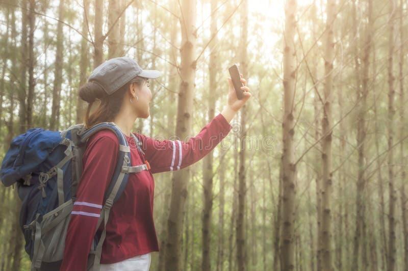 Modniś turystyczny bierze fotografię na wycieczce, styl życia pojęcia adventur zdjęcia royalty free