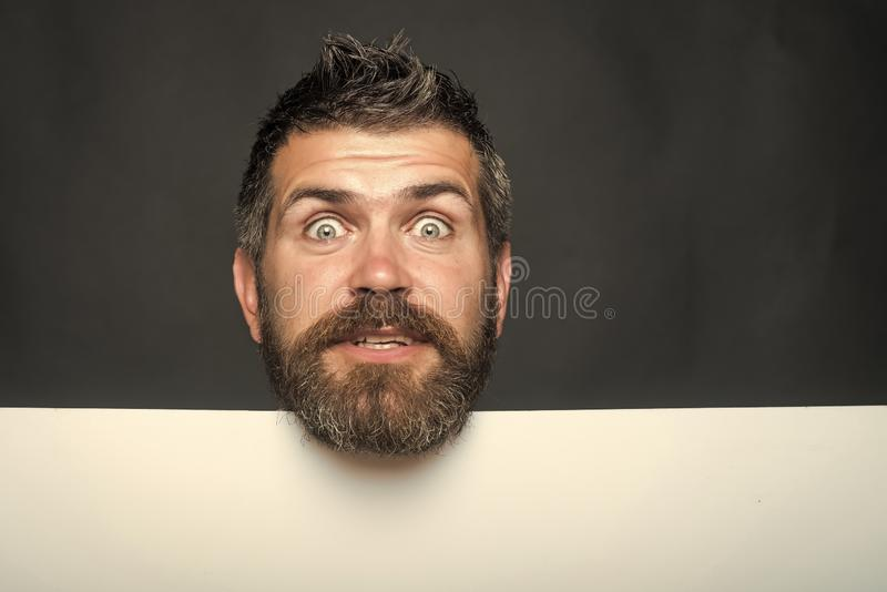 Modniś z zdziwionym twarz chwyta papierem obraz royalty free