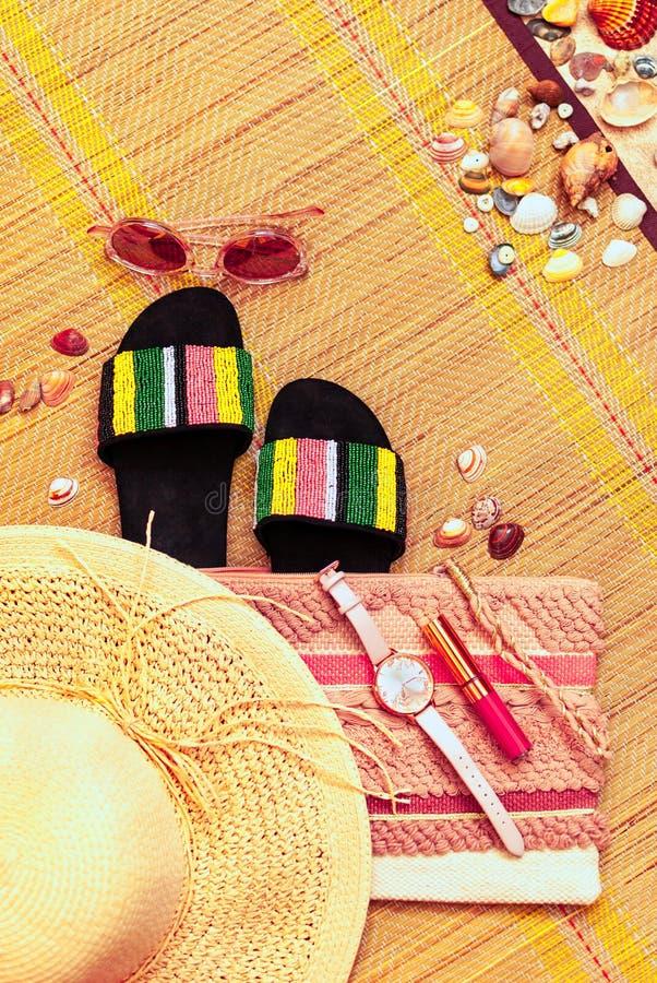 Modni kobiecy koralowi accessoiries flatlay Lato, plaża, piękno lub moda bloga pojęcie, zdjęcia stock