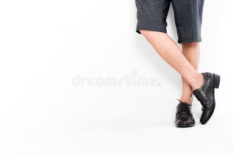 Modni mężczyzna ` s Klasyczni Rzemienni buty, mężczyzna krzyżuje nogi, czekanie, przypadkowa odzież na białym tle obraz royalty free