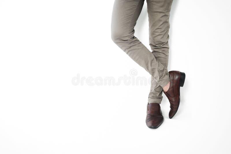 Modni mężczyzna ` s Klasyczni Rzemienni buty, mężczyzna krzyżuje nogi, czekanie, przypadkowa odzież na białym tle obraz stock