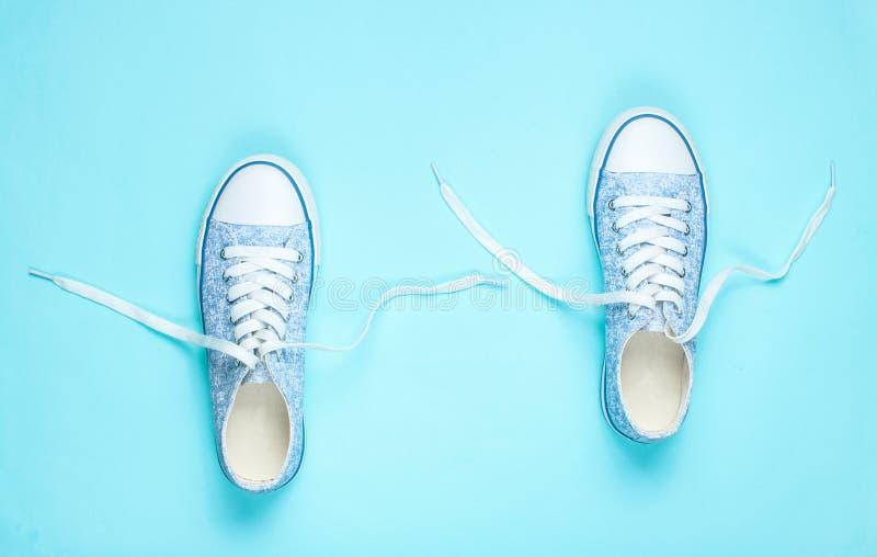 Modni sneakers z odwiązanymi koronkami obraz royalty free