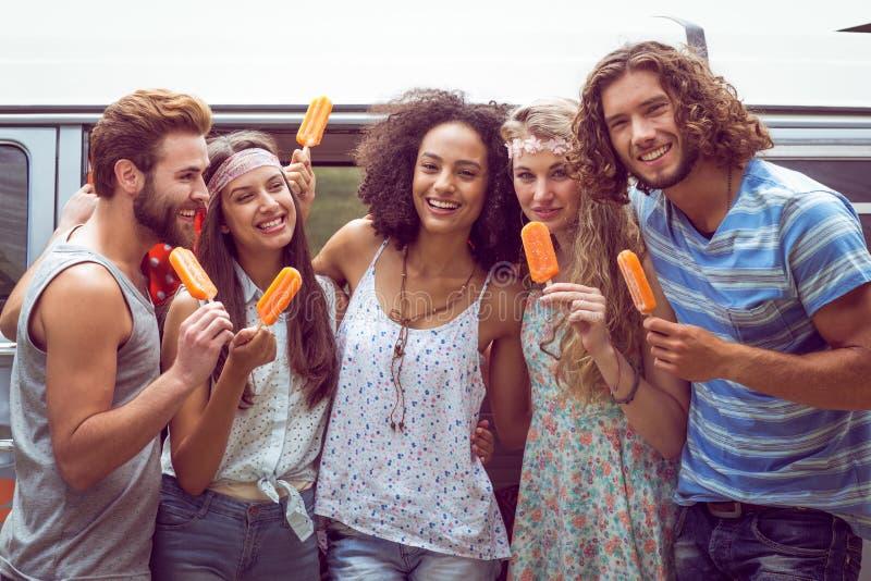 Modnisiów przyjaciele cieszy się lodowych lollies fotografia royalty free