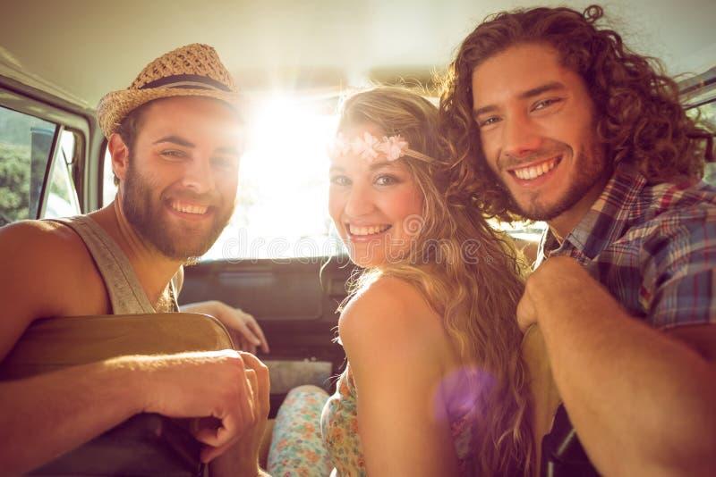Modnisiów przyjaciele na wycieczce samochodowej zdjęcia stock