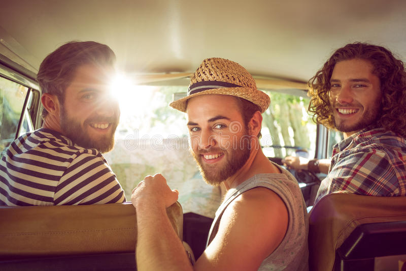Modnisiów przyjaciele na wycieczce samochodowej fotografia royalty free