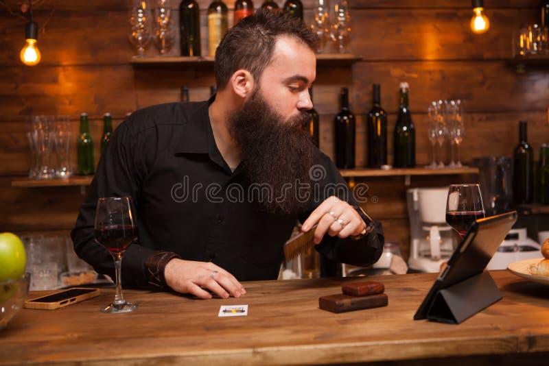 Modnisia barman bierze opiece jego długo brodę zdjęcia royalty free