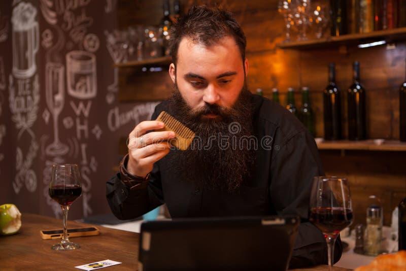 Modnisia barman bierze opiece jego długo brodę obrazy stock