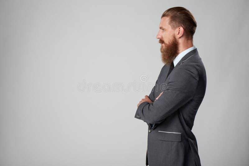 Modnisia biznesowy mężczyzna patrzeje naprzód zdjęcie stock