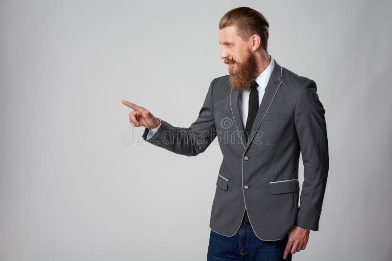 Modnisia biznesowy mężczyzna patrzeje popierać kogoś obraz stock
