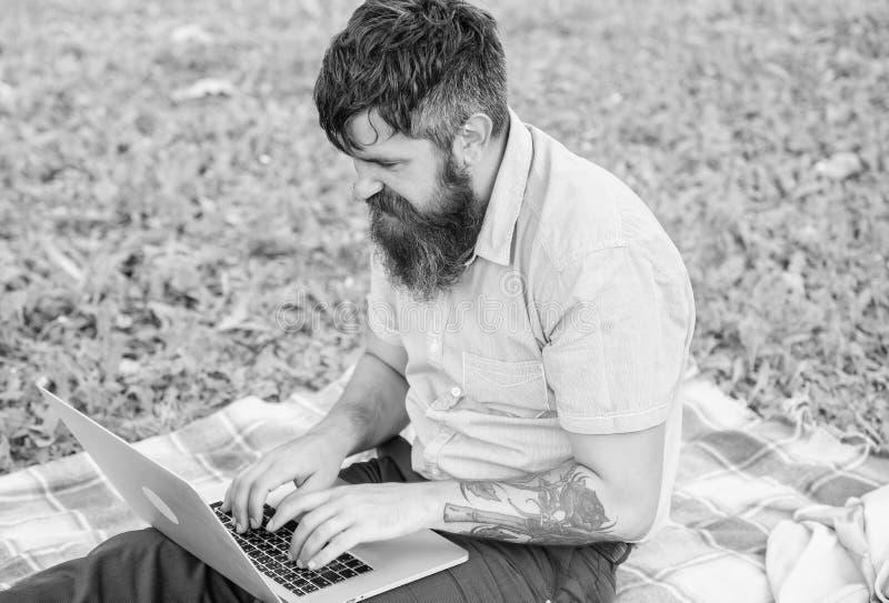 Modnisia blogger z laptop natury t?em Blogger tworzy zawarto?? dla og?lnospo?ecznej sieci Pisarz lub blogger piszemy poczcie zdjęcia stock