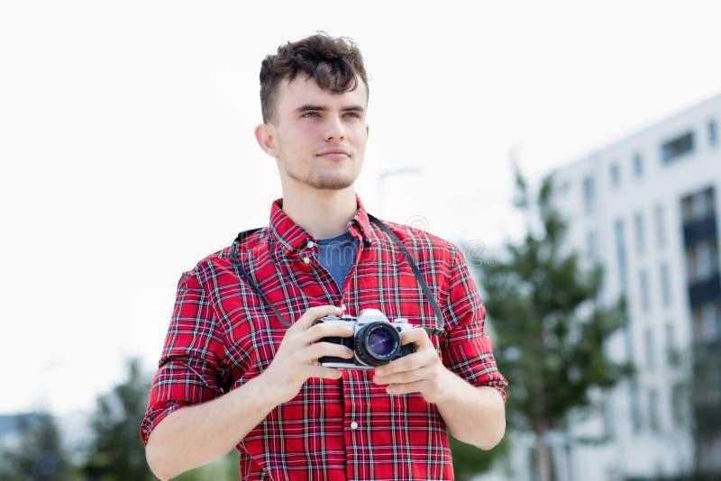 Modnisia facet z retro kamerą zdjęcia royalty free