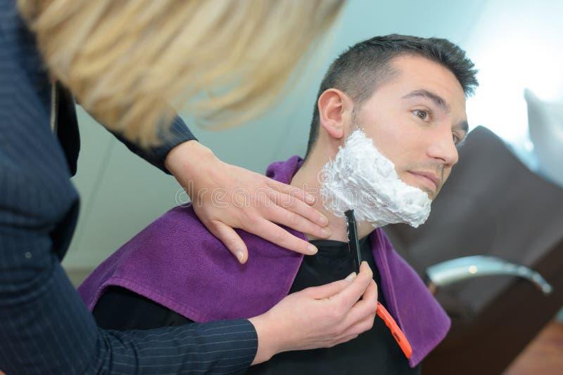 Modnisia klient odwiedza fryzjera męskiego sklep obraz stock