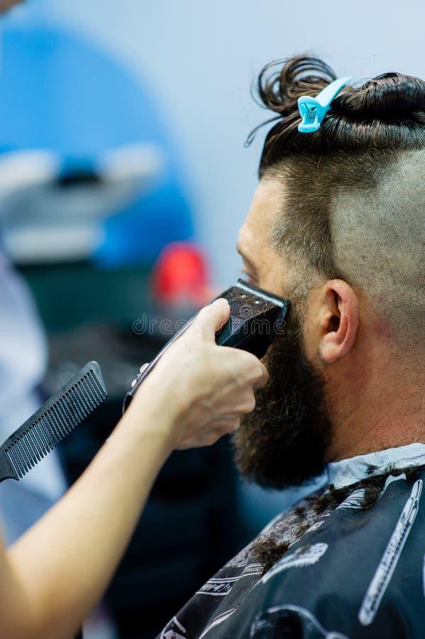 Modnisia klient odwiedza fryzjera m?skiego sklep M??czyzna moda zdjęcia stock