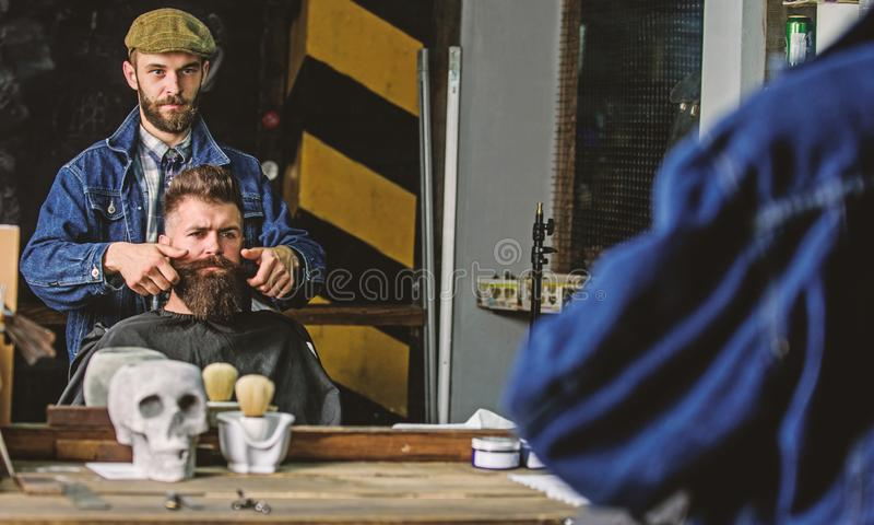 Modnisia klient z świeżym ostrzyżeniem lub fryzurą Odbicie fryzjera męskiego tytułowania wąsy klient z woskiem rękami człowieku zdjęcie stock