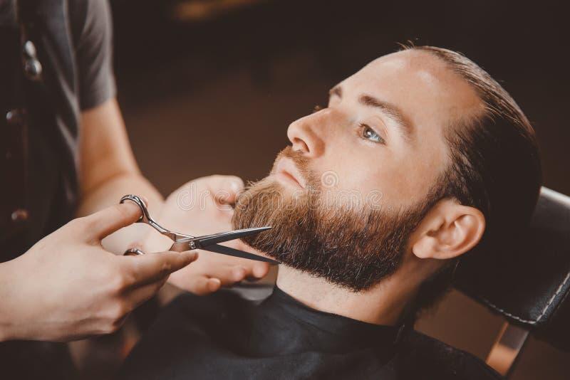Modnisia klienta mężczyzna odwiedza w fryzjera męskiego sklepie obraz stock
