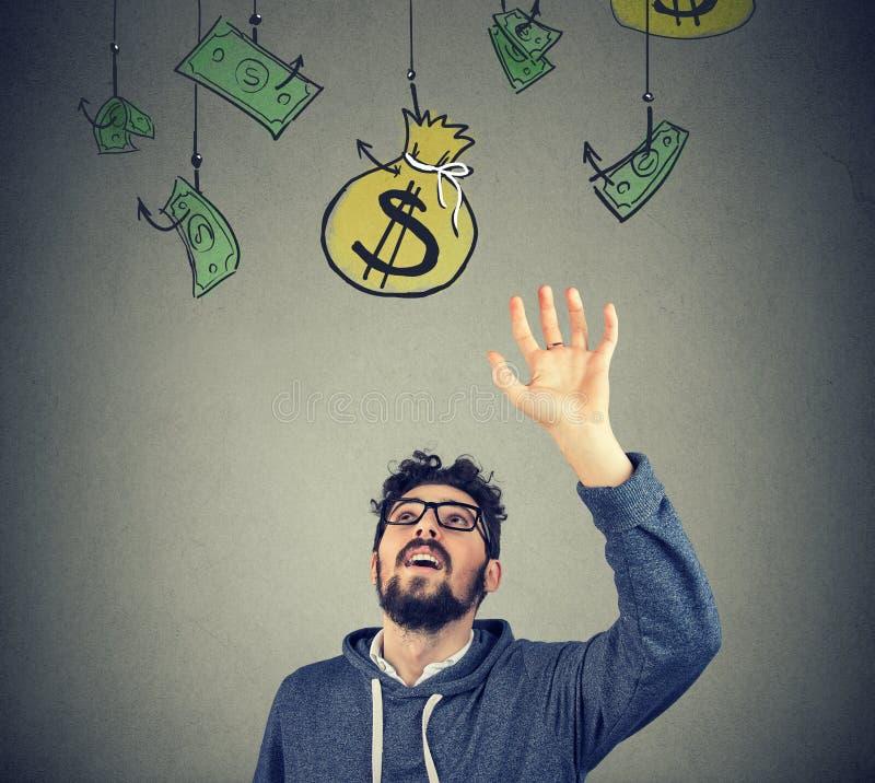 Modnisia mężczyzna próbuje chwytać worek pieniądze fotografia stock