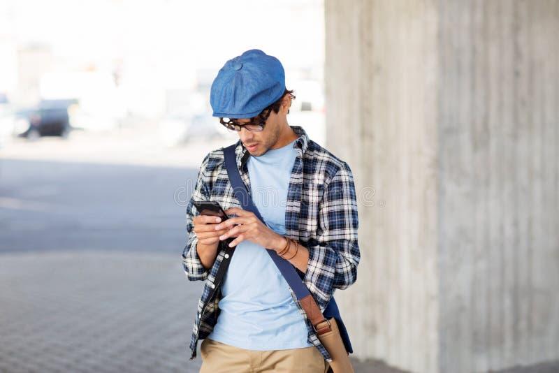 Modnisia mężczyzna texting wiadomość na smartphone zdjęcie stock