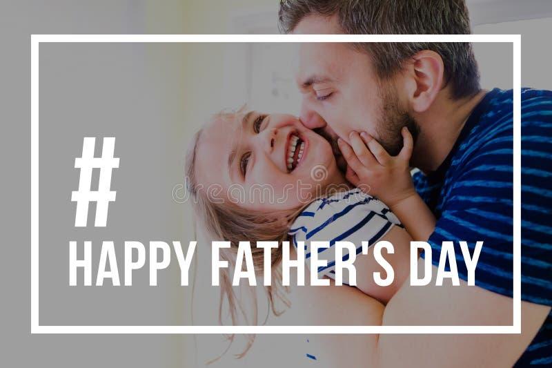 Modnisia ojciec całuje małej córki Ojca dnia pojęcie obrazy stock