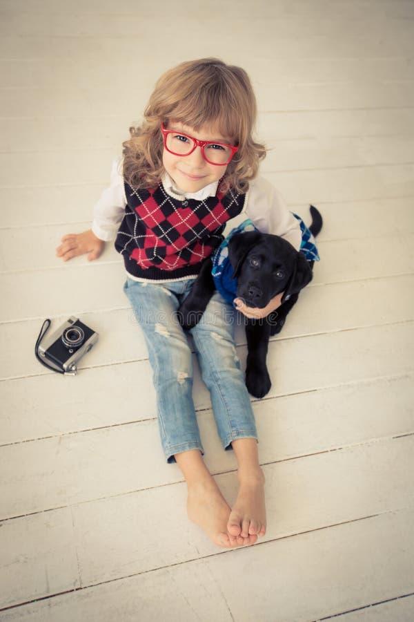 Modnisia pies i dzieciak zdjęcia stock