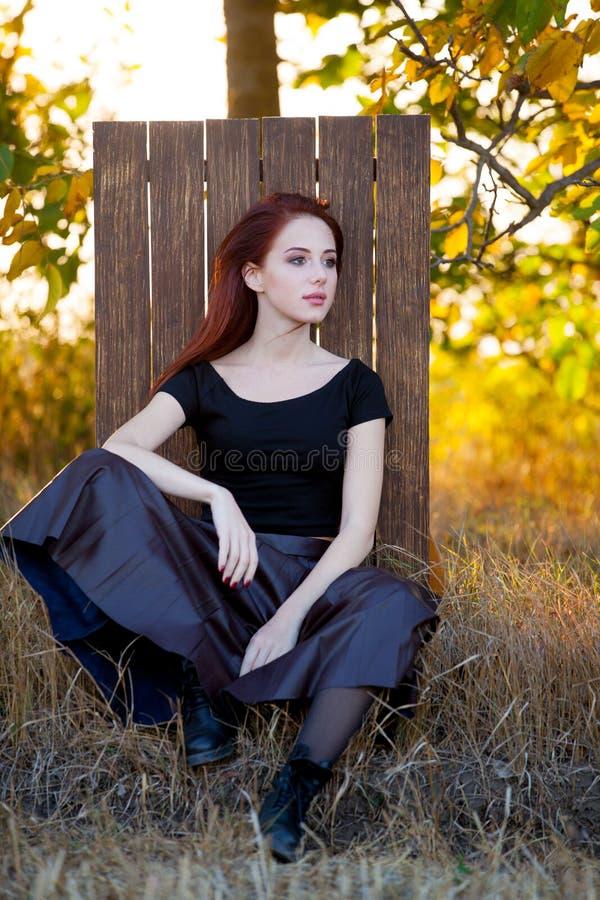 Modnisia redhad dziewczyna w spódnicie fotografia royalty free