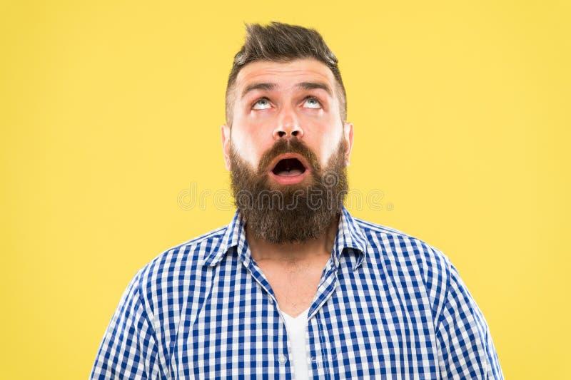 Modnisia styl ?ycia Zdziwiony modniś z gęstej brody włosiany przyglądającym w górę Brutalny modnisia mężczyzna utrzymuje usta otw obraz royalty free