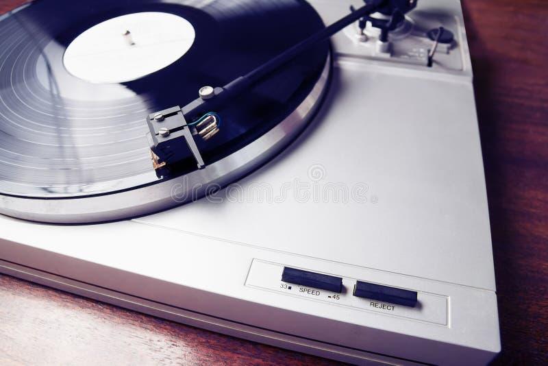 Modnisia turntable bawić się winylowego rejestr z muzyką obraz royalty free