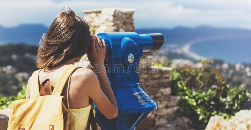 Hipsterski turysta wygląda na obserwatora, teleskop lornetki z widokiem panoramicznym, podróż koncepcyjna stylu życia, podróżnik  obraz stock