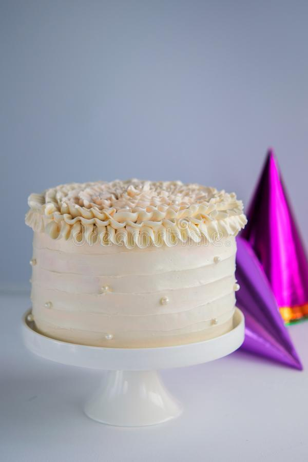 Modny świąteczny kolorowy tort na torta stojaku nad lekkim tłem obraz stock