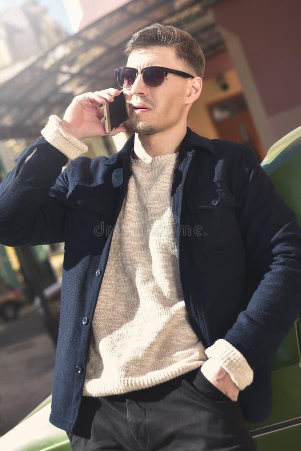 Modny facet z okularami przeciwsłonecznymi zdjęcia royalty free