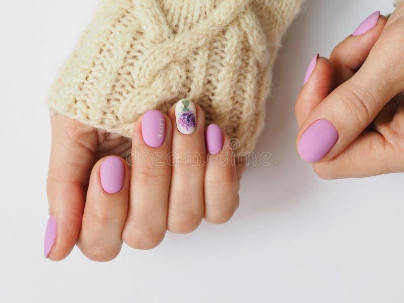 Modny lily manicure'u projekt w ręce fotografia royalty free