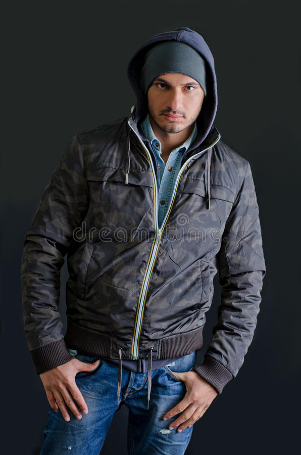 Modny młody człowiek w zimie odziewa, studio strzał obrazy stock