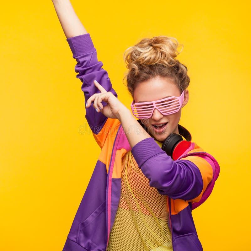 Modny młodziena taniec na pomarańcze zdjęcie royalty free