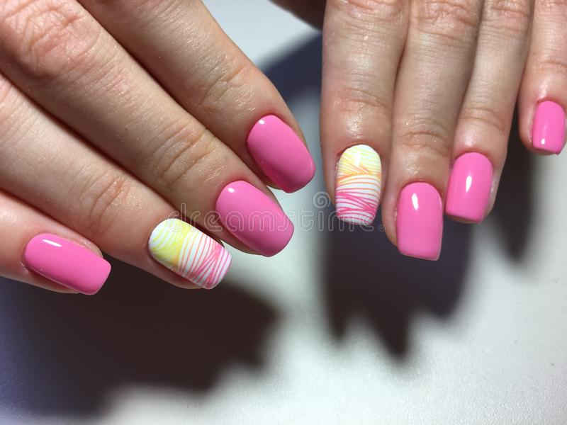 Modny menchia manicure z barwiącym projektem dalej zdjęcie royalty free