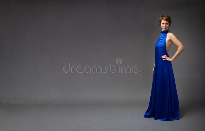 Modny model w błękitnej elektrycznej sukni fotografia royalty free