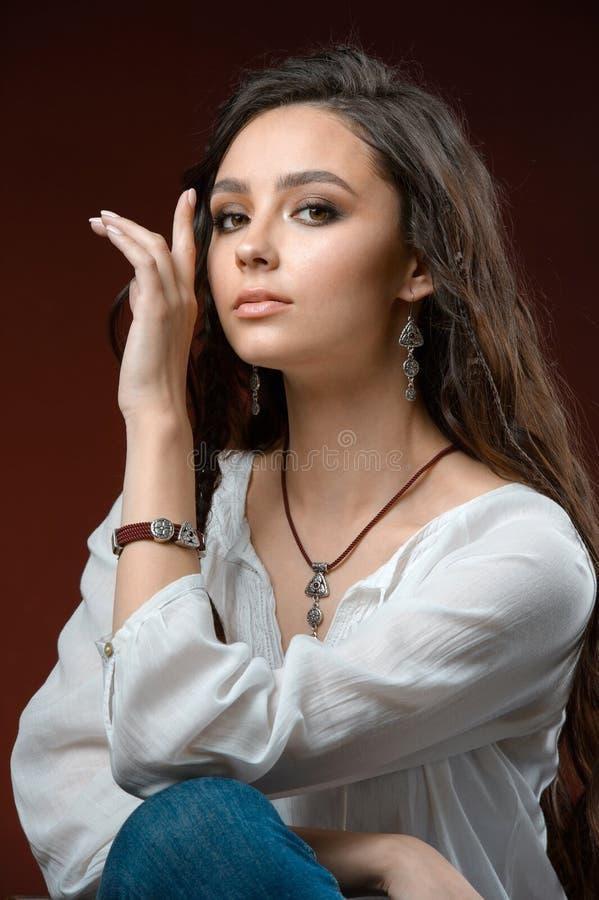 Modny model z kolekci srebra jewellery i akcesorium zdjęcia stock