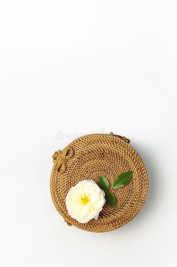 Modny poj?cie kobiet torebki Handmade delikatny i wzrastali?my kwiaty z zielonymi li??mi na ?wietle fotografia royalty free